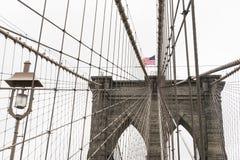 在显示的美国国旗在布鲁克林大桥 库存照片