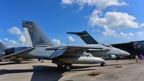 在显示的美国海军波音F/A-18E/F超级大黄蜂战斗机在新加坡Airshow 图库摄影