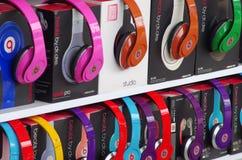 在显示的耳机在商店 免版税库存图片