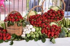 在显示的草莓篮子 免版税库存图片