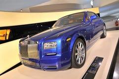 在显示的蓝色劳斯莱斯幽灵小轿车在BMW博物馆 免版税库存图片