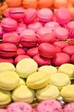 在显示的诱人的五颜六色的macarons 免版税库存照片