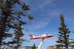 在显示的雪鸟特技队航空器在穆斯乔萨斯喀彻温省加拿大 免版税库存照片
