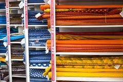 在显示的非洲纺织品在织品购物 免版税库存照片