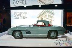 在显示的300 SL经典汽车在沿冠军Elysees的奔驰车画廊在巴黎 库存图片