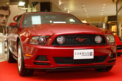 在显示的Ford Mustang汽车在汽车展示会2014年 库存图片