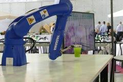 在显示的Makr shakr机器人酒吧系统 图库摄影