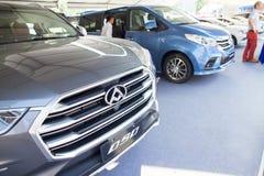 在显示的Maxus品牌中国汽车在东莞等候预期客户的汽车陈列 免版税库存照片