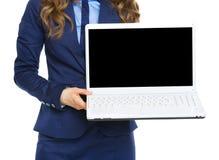 在显示膝上型计算机黑屏的女商人的特写镜头 图库摄影