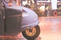 在显示蓝色的汽车一边,停放在庭院在晚上 免版税库存照片