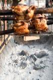 在显示街道食物店的烤鸡泰国样式在thaila 免版税库存图片