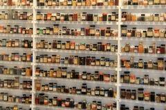 在显示,乔治・伊士曼议院博物馆,罗切斯特,纽约的搽粉的综合性染料样品, 2017年 库存图片