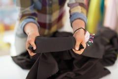 在显示织品的裁缝的特写镜头 库存图片