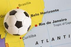 在显示2014年里约世界杯足球赛比赛的巴西的地图的橄榄球 图库摄影