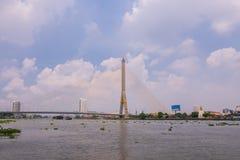 在晁Phra Ya河的Rama VIII桥梁在曼谷,泰国 免版税图库摄影