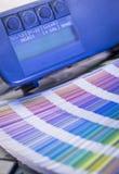 在晒印方法withcolor样片和浓度计的颜色管理 免版税库存图片