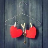 在晒衣架的红色纸心脏 背景黑暗木 复制空间 St华伦泰` s日 库存照片