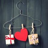 在晒衣架的红色纸心脏 背景黑暗木 复制空间 St华伦泰` s日 免版税库存照片