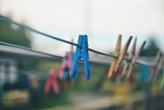 在晒衣绳的多彩多姿的晒衣夹 免版税库存图片