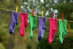 在晒衣绳的明亮的镶边袜子 免版税库存图片