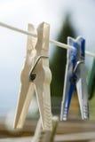 在晒衣绳的服装扣子 免版税库存图片