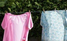 在晒衣绳的女睡袍 免版税库存图片