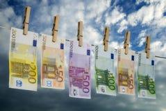 在晒衣绳的欧洲票据 免版税库存图片