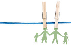 在晒衣绳的纸家庭 免版税库存照片
