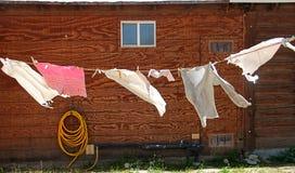 在晒衣绳的洗衣店,在风的打击在一片高沙漠环境美化 免版税库存照片