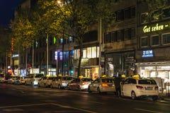 在晚上乘出租车中止在杜塞尔多夫,德国 免版税库存照片