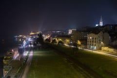 在晚上从上面被采取的贝尔格莱德老镇 Kalemegdan堡垒和大教堂Saborna Crkva在背景中能被看见 免版税库存图片