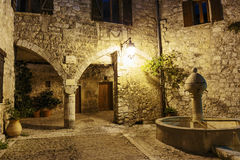 在晚上使被修补的街道狭窄在老镇Peille, 库存照片