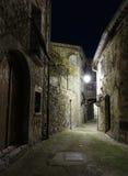 在晚上使被修补的街道狭窄在老镇Peille 免版税库存图片