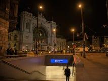 在晚上供以人员沿着走一个地铁车站的台阶在布达佩斯Keleti Palyaudvar火车站前面的 免版税库存图片