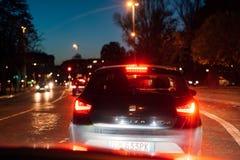 在晚上供以座位在交通堵塞的汽车 免版税库存照片