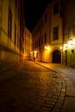 在晚上供以人员走在老镇的街道附近在Pragu 免版税库存照片