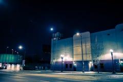 在晚上倒空黑暗的城市街道路与 图库摄影