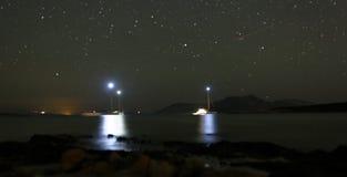 在晚上停住的小船 免版税库存图片