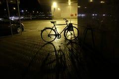 在晚上停放的自行车 库存照片