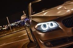在晚上停放的豪华汽车 图库摄影