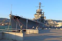 在晚上光的俄国巡洋舰 库存图片