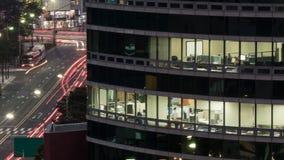 在晚上光的办公楼 库存图片
