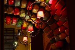 在晚上光的风格化照明设备咖啡馆 免版税库存照片