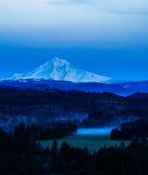 在晚上光的Mt敞篷 图库摄影