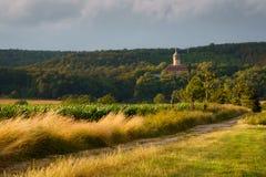 在晚上光的Schloss通多夫与被风吹扫草衬里Th 库存照片
