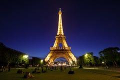 在晚上光,巴黎,法国的埃佛尔铁塔。 库存图片