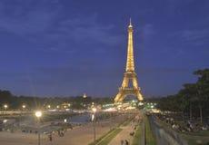 在晚上光,巴黎,法国的埃佛尔铁塔 免版税库存图片