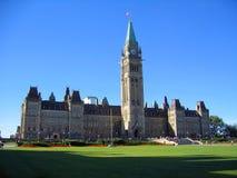 在晚上光,渥太华,安大略的加拿大议会大厦 免版税库存图片