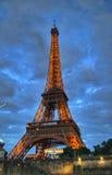 在晚上光,巴黎,法国的埃佛尔铁塔 免版税库存照片