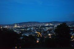 在晚上全景视图瑞士的苏黎世都市风景 库存图片